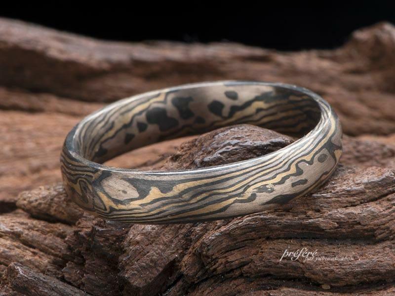 黒と金色の木目金の結婚指輪